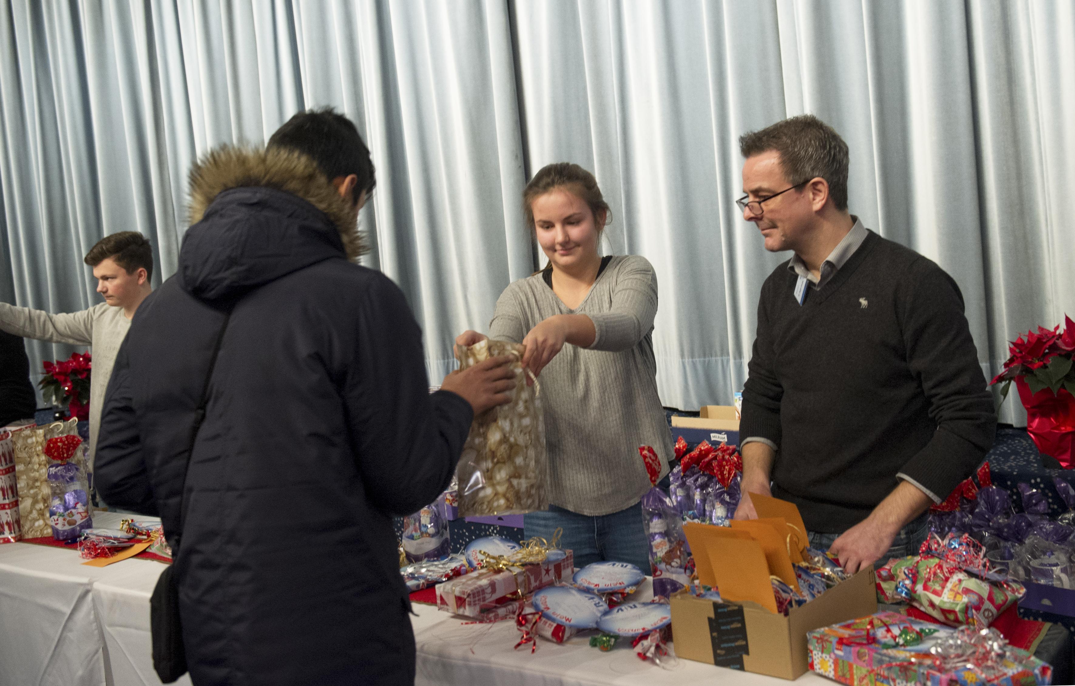 R+V Versicherung veranstaltet Weihnachtsfeier für Wiesbadener Tafel