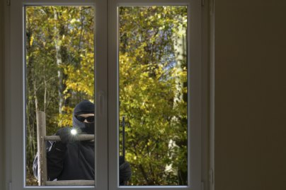 Einstiegshilfen: Gartenstuhl und Co. vor Einbrechern sichern